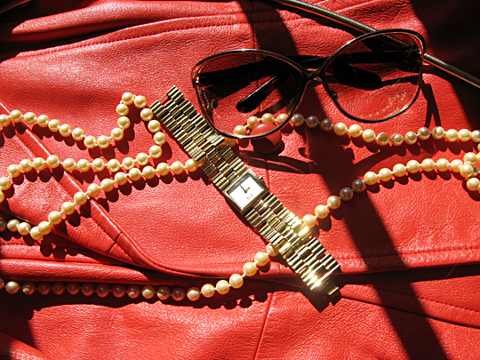 coral red vintage leather jacket+pearl necklace+gold watch+tom ford oversized sunglasses 2