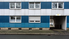 Blau-weiß (Nilfisk) Tags: 42 fassade blauweis bochum vorgehängtefassade dannenbaumstr hofeinfahrt toreinfahrt nordrheinwestfalen deutschland de