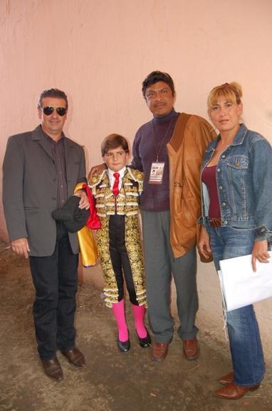 Michelito Lagravere y sus padres en Lima