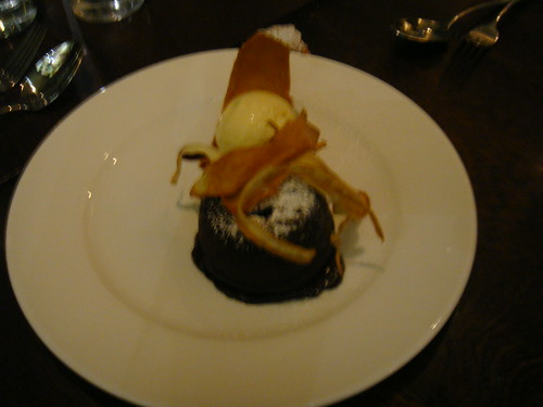 Pudding de chocolate con helado de vainilla