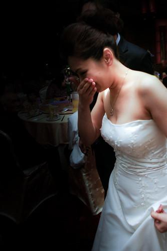 新娘進場之後伴娘就哭了,她們兩對伴娘與新人是最好的死黨。
