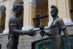 ザイオンス効果で結ばれた?男女の銅像写真