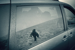 Leo vu de la voiture (sparth) Tags: leica snow mountains reflection window car silhouette june fog walking climb washington drops child leo snowy foggy sienna olympicpeninsula son climbing reflet neige olympic raining peninsula hurricaneridge x1 gouttes 2011 leicax1