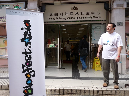 DotAsias Ching Chao stands outside the Blogfest.asia venue (Photo by Ripmilla on Flickr)