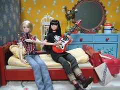 Louise and Dalia Singing Together (Girl Least Likely To) Tags: fashion toys miniatures bedroom dolls vinyl louise rement diorama dalia dollhouse sekiguchi momoko dollfurniture japanesetoys petworks asiandolls daisyd dollscene preppygirl