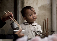 Boy and chopsticks, China (Eric Lafforgue) Tags: china food kid sticks  kina chin cina chine xina    tiongkok  chiny  kna in   trungquc na   kitajska tsina       a0006571