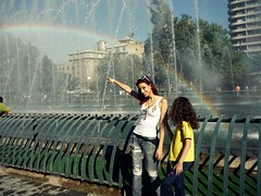 (Babsy-Braga) Tags: girls arcoiris rainbow agua mulher fuente represa menina fonte