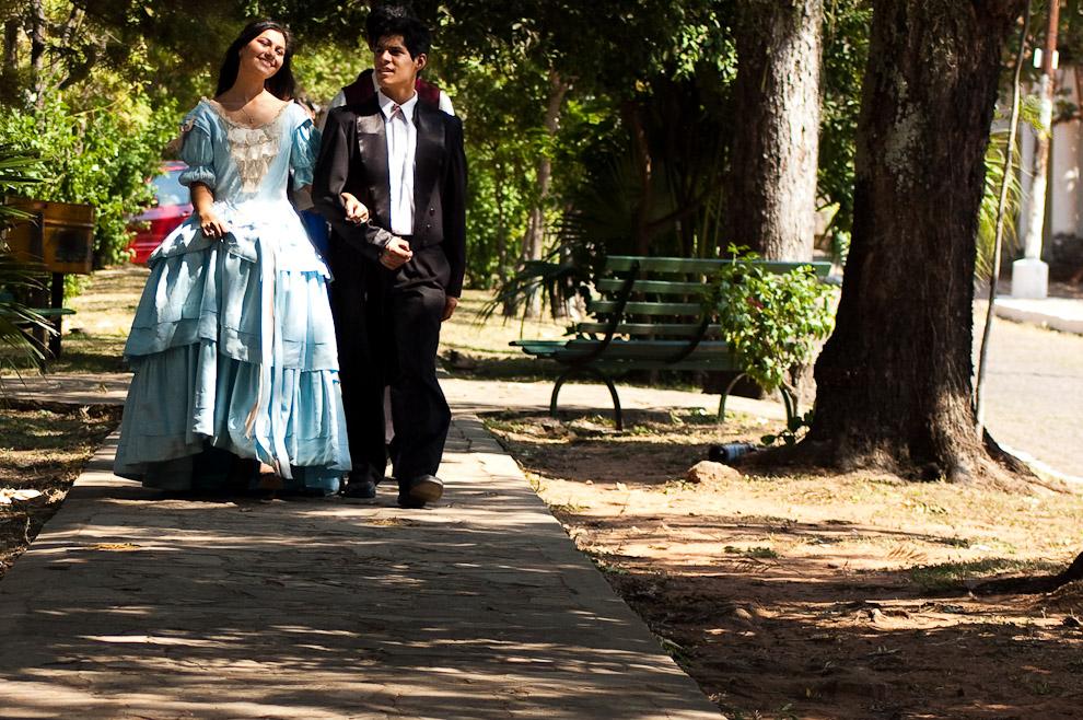 Actores de teatro caminando por el paseo central de una de las avenidas mas importantes e históricas de Areguá, luego de la actuación reviven los elegantes paseos por las mañanas y las tardes. Lo encontraran en el post sobre el Teatro de Recordación de la vida diaria de nuestros personajes históricos en la Ciudad de Areguá. (Areguá, Paraguay - Elton Núñez)