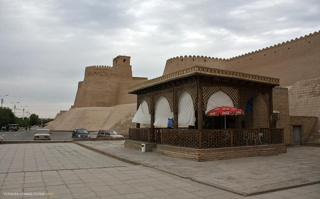 Remparts de Khiva. On peut boire un coca, juste à coté de la Porte Ota Darvoza.