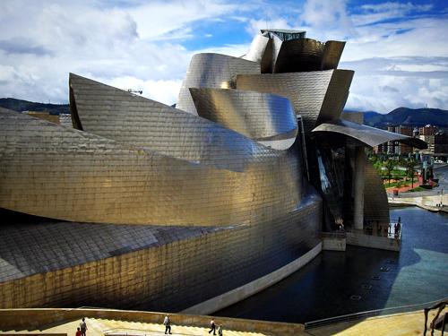 Inauguré en 1997, le musée Guggenheim, dessiné par larchitecte Frank Gehry, lun des bâtiments contemporains les plus connus au monde. Il est indissociable de la ville de Bilbao qui connaît une notoriété mondiale grâce à son musée dart moderne et contemporain. Un effet Guggenheim recherché par la ville de Bordeaux avec son futur centre culturel et touristique du vin.