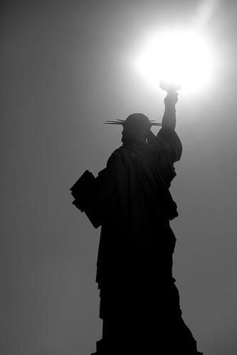 フリー画像  人工風景  彫刻/彫像  自由の女神  アメリカ風景  ニューヨーク  モノクロ写真      フリー素材 