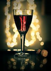 .Lambrusco Wine. (Polarizing) Tags: light shadow red italy food reflection dof wine drink bokeh cork grape polarizing lambrusco mariliapedroso polarizingfotografia wwwpolarizingcombr blogpolarizingcombr