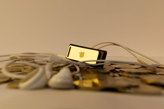 ipod shuffle (iSayer ) Tags: nikon ipod coins shuffle applelogo closest d90 flickraward