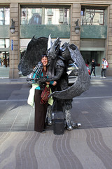 Living Statues on the Ramblas (by_irma) Tags: barcelona woman man spain kiss kissing marianne vrouw livingstatue ramblas spanje kus laramblas zussie dimormar espna samenmetzussie