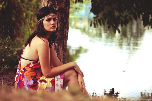 フリー画像| 人物写真| 女性ポートレイト| ラテン系女性| ドレス| 湖の風景|      フリー素材|