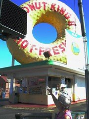 Donut King II (Pink Pepper Photo) Tags: california old november big landmark donut 2009 gardena donutkingii bigdonut