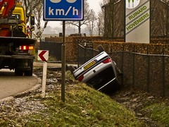 warning / waarschuwing (friedkampes) Tags: cars frost accident slippery friedkampes ixus95is toodarkforadecentphoto