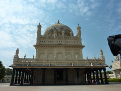Gumbaz where Hyder Ali, his wife and Tipu are buried in raised tombs.  Some of us were allowed in and others were not. (Rexfree_99) Tags: dungeon palaces tipusultan gumbaz benguluru
