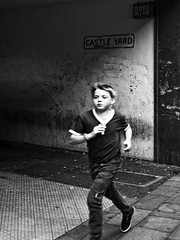 Castle Yard 2/5 (dp Chaigneau fotos) Tags: city uk boy summer people urban bw white black blanco child expo pentax negro centro steps streetphotography sigma running run verano urbano blanc f28 negre correr ciutat estiu blancinegre callejero 2470mm wolverhapton castleyard sigma2470mmf28exdg chiquet anglaterra pases pentaxk100dsuper documentaru k100ds urbanfotos dpchaigneau dpchaigneaufotosblogspotcom pasfermperlavida cvsb noorderlicht2011 expoproject elpasunavisiodelesserurba