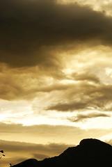 mirant cap al Mugarra (bernat canons1) Tags: distillery euskadi núvols postadesol totalphoto alpha200 olétusfotos naturalezaenestadopuro