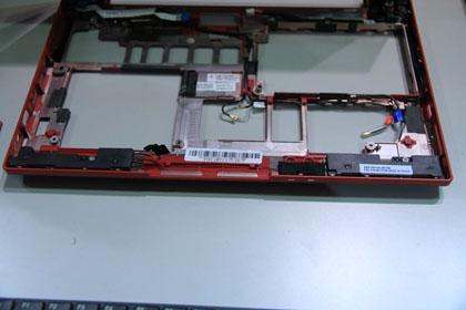 ThinkPad X100e 軽量化のための穴だらけの筐体