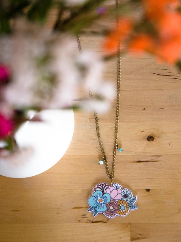 collar con flores