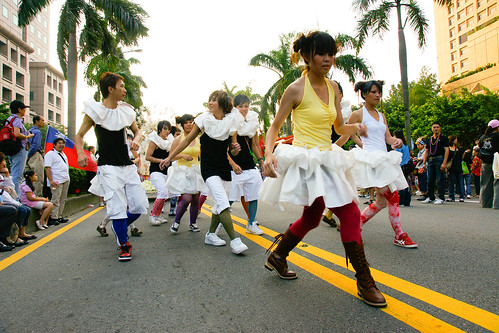 他們就是一開始穿彩色絲襪的隊伍,跳著像是方塊步的舞步前進