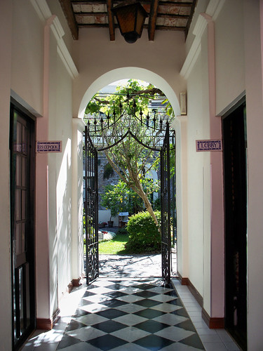Colonia Courtyard | Patio de un Hotel de Colonia by katiealley on Flickr