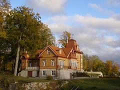 Dom szlachecki (magro_kr) Tags: park house building architecture estonia day cloudy dom eesti kuressaare architektura budynek saaremaa sarema