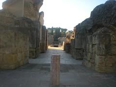 ENTRADA AL ANFITEATRO (Aymara_de_italica) Tags: espaa sevilla spain arboles andalucia ruinas cielo rocas piedras conjunto anfiteatro columna italica santiponce arqueologico
