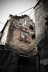 If walls could talk (S(u)e A(n)ne) Tags: china homes stone shanghai walls   shanghaiist alleys hongkou oldshanghai longtang   shanghaistreetstories shanghaihutongs