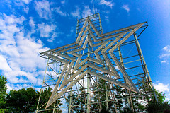 Roanoke Star (AL-SHATTi) Tags: blue trees sky usa white green stars star united roanoke kuwait q8 kwt الكويت كويت اشجار سماء السماء امريكا نجمة زرقا نجمه