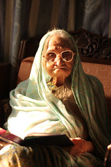 life old morning family grandma pakistan woman canon rebel reading glasses grandmother mother experience shroud strength dadi karachi wrinkle generation 500d t1i landplage
