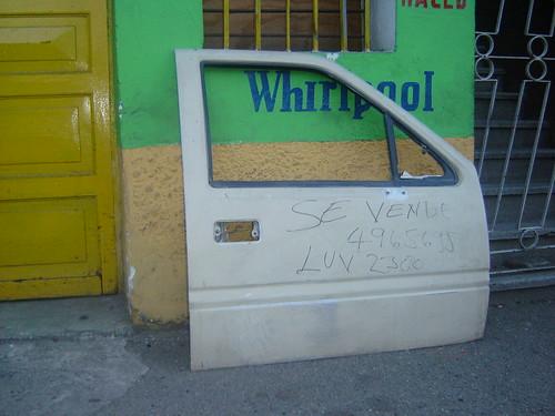 VENDEN PUERTA DE CARRO EN ACERA DE SAN JAVIER