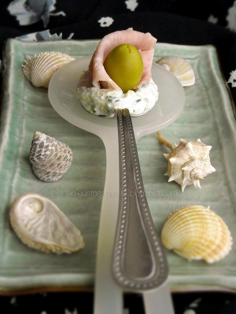 Tzatziki al cucchiaio con boccioli di prosciutto cotto e olive