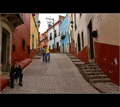 ~the kiss~ (uteart) Tags: street mexico town kiss medieval guanajuato beso calzada outdoorcafe utehagen uteart