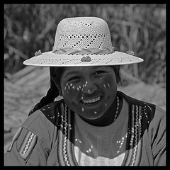 Mujer de las islas Uros, en el lago Titicaca, Per... ([cation] (totally off...)) Tags: voyage portrait blackandwhite bw lake cold blancoynegro sol peru titicaca southamerica smile face hat youth square lago ojo soleil blackwhite eyes emotion noiretblanc altitude teeth pueblo lac ile happiness dent ojos