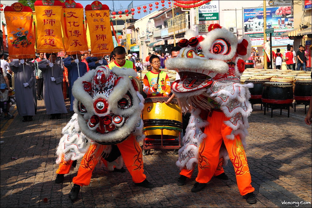 lion-dance-entering