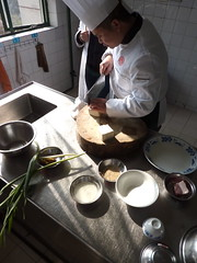 Cutting tofu (kattebelletje) Tags: sesame tofu pork chef chengdu springonions cookingclass  doufu garlicsprouts  china2010  sichuanculinaryinstitute chefcai jiachangtofu cuttingtofu