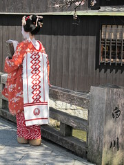 Fake gaisha on Shirakawa Tatsumi Bridge at Gion area in Kyoto, Japan;  (Conveyor belt sushi) Tags: shirakawa   white traditional red nippon nihon kyoto kansai japon japanese giappone exotic beautiful asian        gion japons spring woman young    maiko kimono japonaise japanisch japao japan cherry pink kawaii japanishe flower girl sakura   tatsumi geisha fake bridge blossoms 2010    henshin
