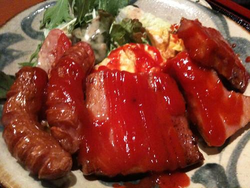 今日は沖縄料理屋でベーコン卵定食。