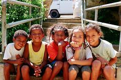 Juntoooo (cheila britto) Tags: window smile car childhood trash children square child felicidade happiness carro janela praça sorriso criança lixo corredor infância costrução inocência projetosocial paraisopolis conexoesfotograficas cheilabritto