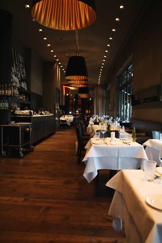 Sala de un restaurant, mesas, lámparas