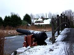 The gun of Wateringen (Roel Wijnants) Tags: winter water rust sneeuw kachel denhaag stedelijk kanon brug thehague 2010 slee wateringen sloot ijs schaatsen koud jaargetijde roel1943 roelwijnants straatfotograaf hofstijl winterindenhaag denhaagindesneeuw