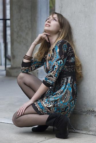 フリー画像| 人物写真| 女性ポートレイト| 白人女性| ドレス| 見上げる|      フリー素材|