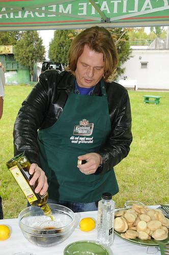 Vladuţ preparând sosul pentru un grătar curat