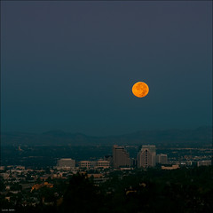 Moonset over Los Angeles (Lucas Janin | www.lucasjanin.com) Tags: california city blue light orange usa moon color building night lune sunrise square iso200 losangeles nikon glendale outdoor lumire full explore getty f80 nikkor insomnia nuit moonset ville gettyimages lightroom 200mm insomnie nikond700 lucasjanin sec afsvrnikkor70200mmf28gifed lunedesmoissons