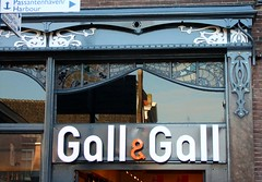 Gall & Gall aan de Cameretten (Gerard Stolk (retour de l'Occitane)) Tags: delft cameretten gallgall