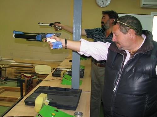 Paco Guerrero disparando con pistola velocidad