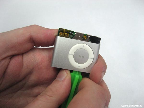 Извлекаем плату управления iPod Shuffle